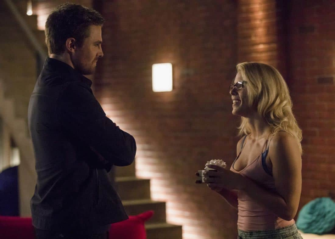 "Arrow -- ""Next of Kin"" -- Image AR603a_0023b.jpg -- Pictured (L-R): Stephen Amell as Oliver Queen/The Green Arrow and Emily Bett Rickards as Felicity Smoak -- Photo: Jack Rowand/The CW -- © 2017 The CW Network, LLC. All Rights Reserved."