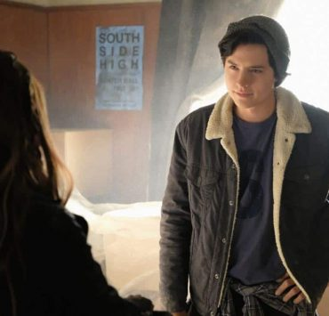 """Riverdale -- """"Chapter Sixteen: The Watcher in the Woods"""" -- Image Number: RVD203b_0291b -- Pictured: Cole Sprouse as Jughead Jones -- Photo: Bettina Strauss /The CW -- © 2017 The CW Network. All Rights Reserved"""