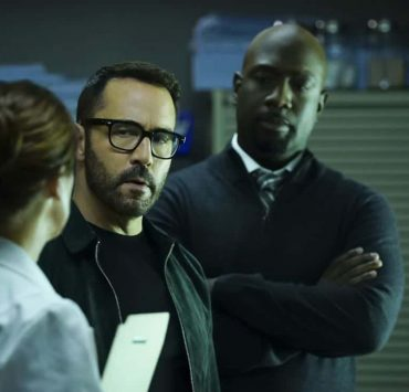 """Clear History"" -- Pictured: Jeremy Piven as Jeffrey Tanner and Richard T. Jones as Detective Tommy Cavanaugh. Tanner's previous company claims Sophe was created using their copyrighted codes and legally threatens to shut down the organization. Also, Cavanaugh works with Tanner to solve the murder of a retired detective after his boss removes him from the case due to a personal connection with the family, on WISDOM OF THE CROWD, Sunday, Oct. 29 (8:00-9:00 PM, ET/PT), on the CBS Television Network. Photo: Sonja Flemming/CBS ©2017 CBS Broadcasting, Inc. All Rights Reserved."