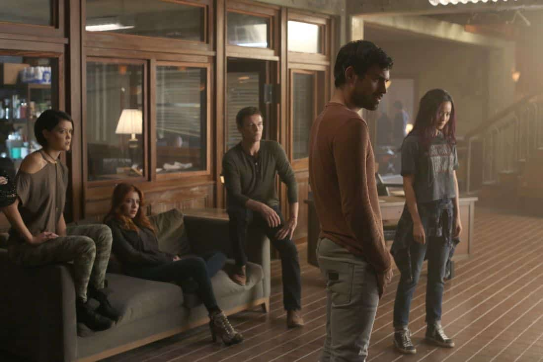 "THE GIFTED:  L-R:  Guest star Hayley Lovitt, guest star Elena Satine, Stephen Moyer, Sean Teale and Jamie Chung in the ""threat of eXtinction"" episode of THE GIFTED airing Monday, Nov. 20 (9:00-10:00 PM ET/PT) on FOX.  ©2017 Fox Broadcasting Co.  Cr: Eliza Morse/FOX"
