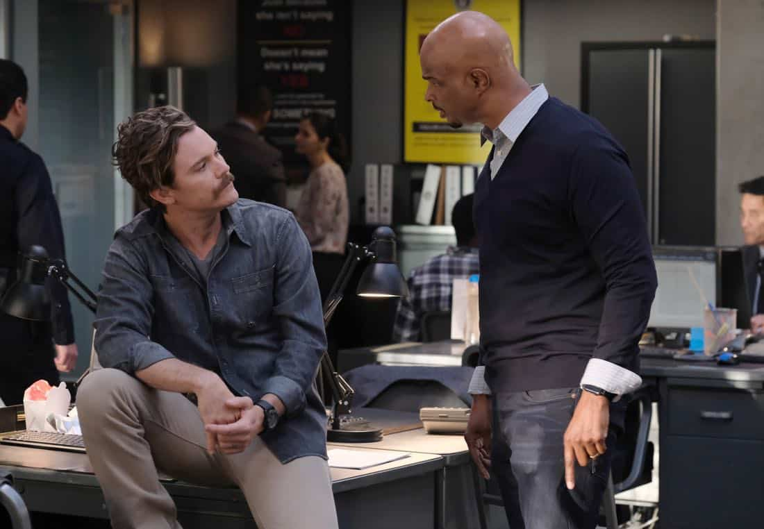"""LETHAL WEAPON: Pictured L-R: Clayne Crawford and Damon Wayans in the """"Double Shot of Bailey's"""" episode of LETHAL WEAPON airing Tuesday, Jan. 16 (8:00-9:00 PM ET/PT) on FOX. ©2017 Fox Broadcasting Co. CR: Darren Michaels/FOX"""