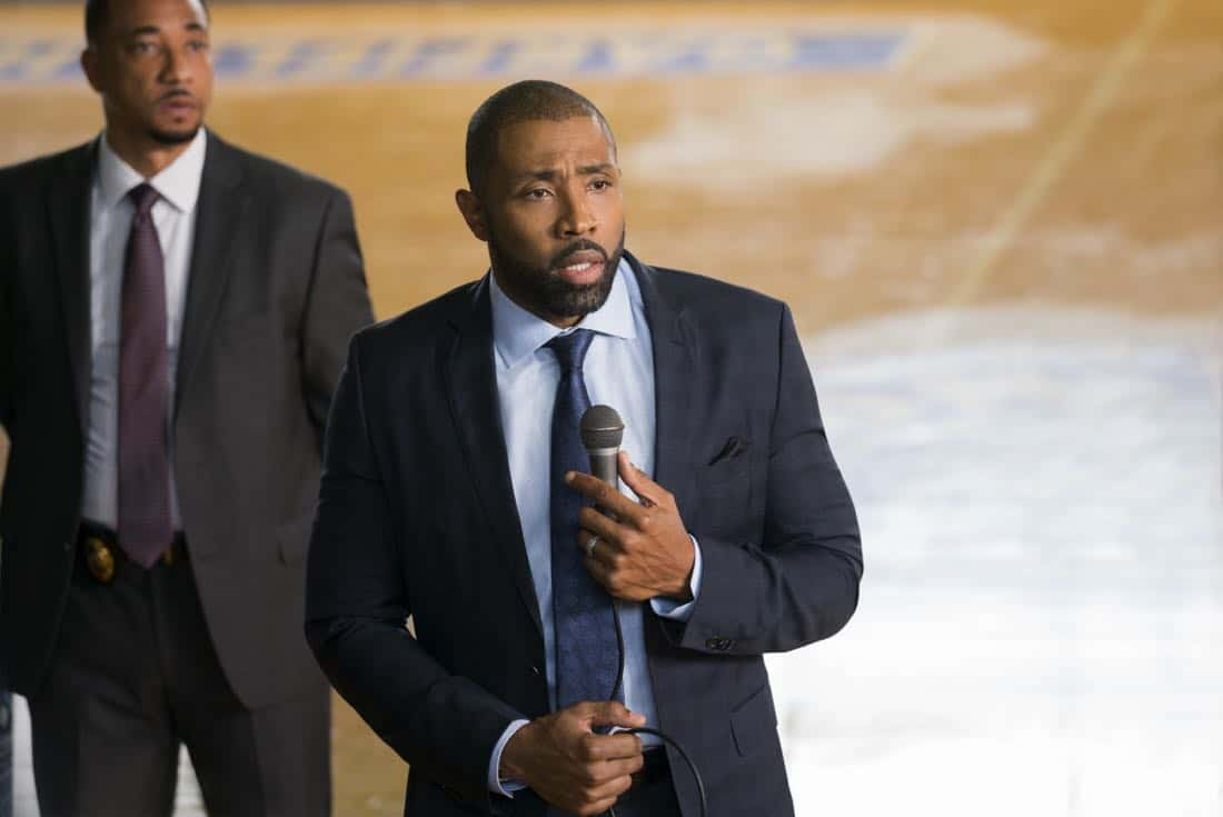 """Black Lightning -- """"LaWanda: The Book of Hope"""" -- Image BLK102b_0119r.jpg -- Pictured: Cress Williams as Jefferson Pierce -- Photo: Richard Ducree/The CW -- © 2018 The CW Network, LLC. All rights reserved."""