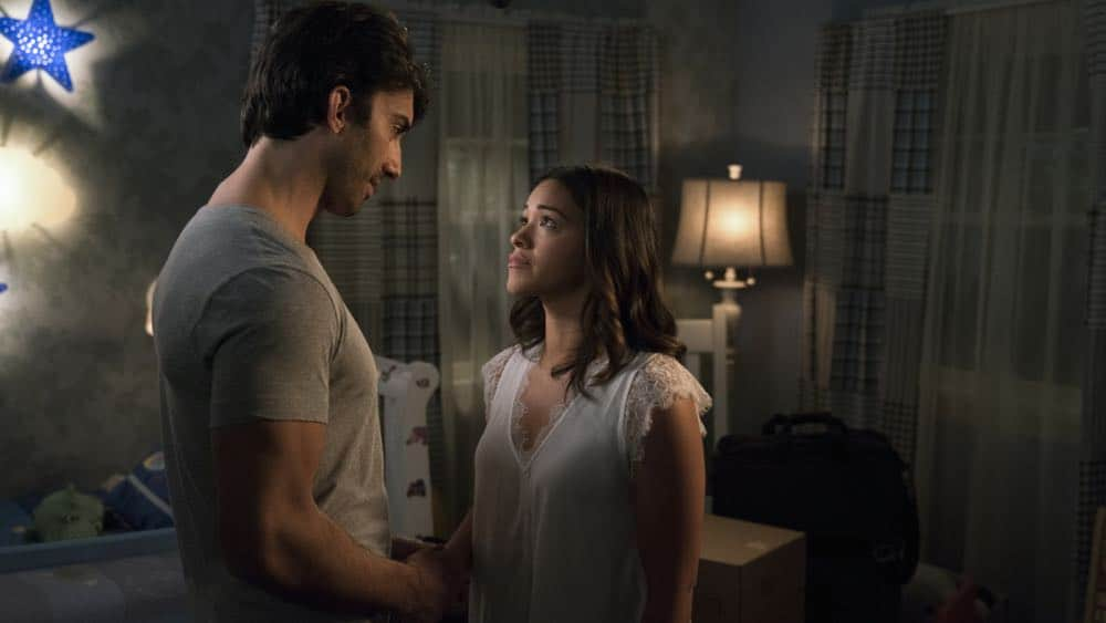 """Jane The Virgin -- """"Chapter Seventy-Three"""" -- Image Number: JAV409b_0403.jpg -- Pictured (L-R): Justin Baldoni as Rafael and Gina Rodriguez as Jane -- Photo: Michael Desmond/The CW -- © 2018 The CW Network, LLC. All Rights Reserved."""