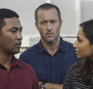 O nā hōkū o ka lani wale no kai 'ike i kahi o Pae, Tani and Junior go undercover as prospective parents in order to infiltrate a private school whose headmaster has been murdered. Also, AdamÕs life is on the line when he is held captive and is forced to produce a notoriously hidden massive amount of money, on HAWAII FIVE-0, Friday, March 2nd (9:00-10:00 PM, ET/PT) on the CBS Television Network. Pictured left to right: Beulah Koale as Junior Reigns, Alex O'Loughlin as Steve McGarrett and Meaghan Rath as Tani Rey. Photo credit: Screengrab/©2018 CBS Broadcasting, Inc. All Rights Reserved. (O nā hōkū o ka lani wale no kai 'ike i kahi o Pae, is Hawaiian for Only the Stars of Heaven Know Where Pae is)