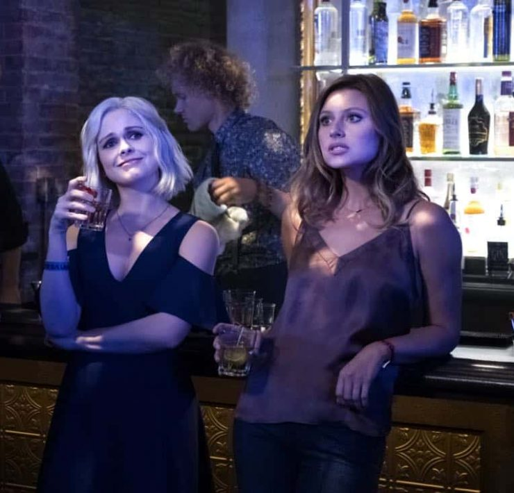 """iZombie -- """"Brainless in Seattle, Part 1"""" -- Image Number: ZMB403b_0433.jpg -- Pictured (L-R): Rose McIver as Liv and Aly Michalka as Peyton -- Photo: Michael Courtney/The CW -- © 2018 The CW Network, LLC. All Rights Reserved."""