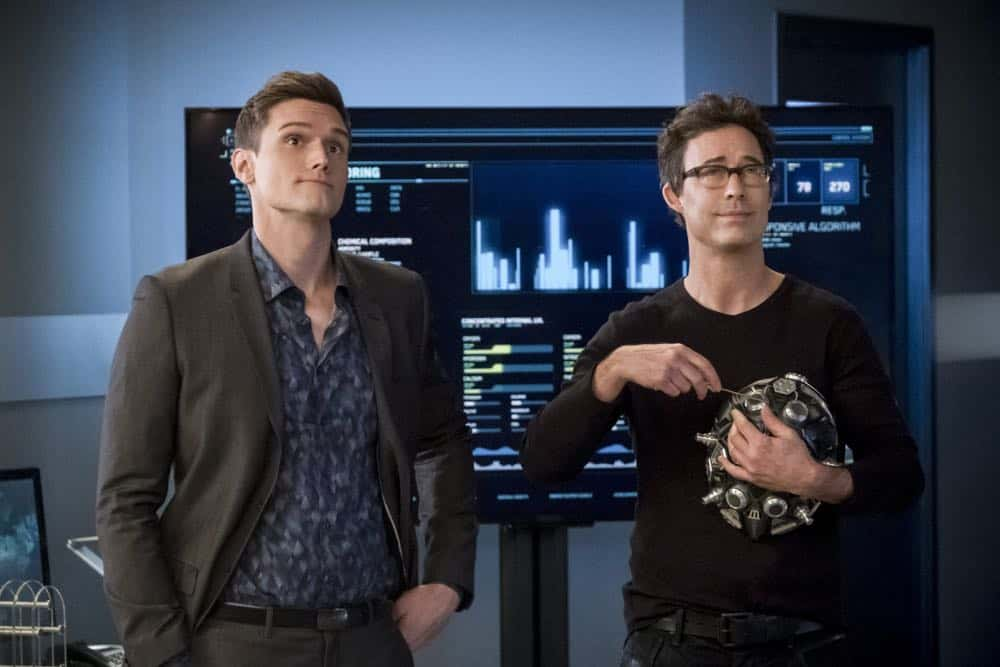 """The Flash -- """"Null and Annoyed"""" -- Image Number: FLA417a_0092b.jpg -- Pictured (L-R): Hartley Sawyer as Dibney and Tom Cavanagh as Harrison Wells -- Photo: Katie Yu/The CW -- © 2018 The CW Network, LLC. All rights reserved"""