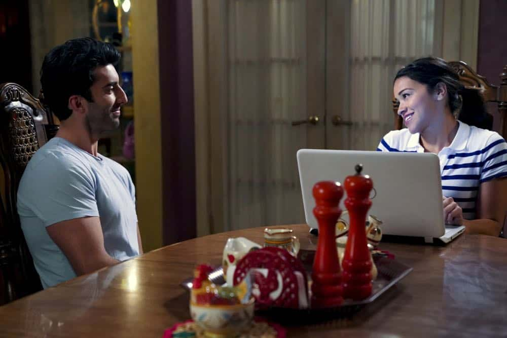 "Jane The Virgin -- ""Chapter Eighty"" -- Image Number: JAV416b_0227.jpg -- Pictured (L-R): Justin Baldoni as Rafael and Gina Rodriguez as Jane -- Photo: Tyler Golden/The CW -- © 2018 The CW Network, LLC. All Rights Reserved."