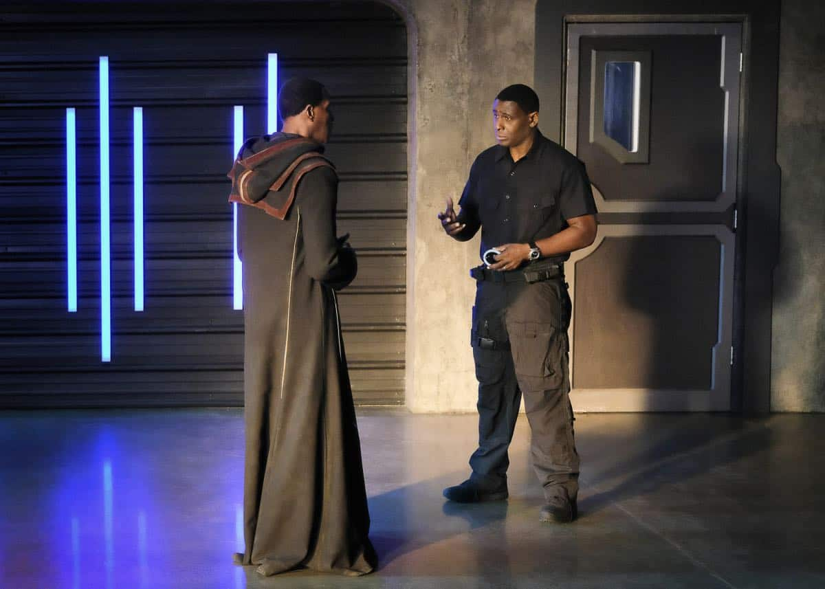 """Supergirl -- """"In Search of Lost Time"""" -- Image Number: SPG315a_0018.jpg -- Pictured (L-R): Carl Lumbly as Myr'nn J'onzz and David Harewood as Hank/J'onn -- Photo: Robert Falconer/The CW -- © 2018 The CW Network, LLC. All Rights Reserved."""