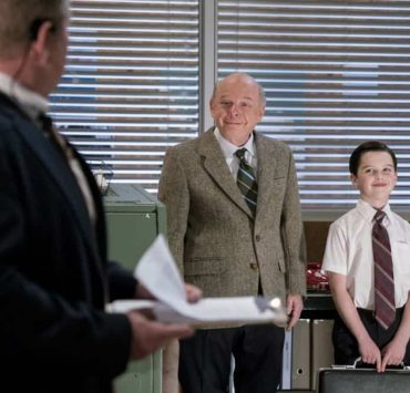 """""""Gluons, Guacamole, and the Color Purple"""" - Pictured: Dr. John Sturgis (Wallace Shawn) and Sheldon (Iain Armitage). When Sheldon is no longer academically challenged at Medford High, he audits a college class taught by Dr. John Sturgis (Wallace Shawn), on YOUNG SHELDON, Thursday, April 19 (8:31-9:01 PM, ET/PT) on the CBS Television Network. Photo: Michael Desmond/Warner Bros. Entertainment Inc. © 2018 WBEI. All rights reserved."""