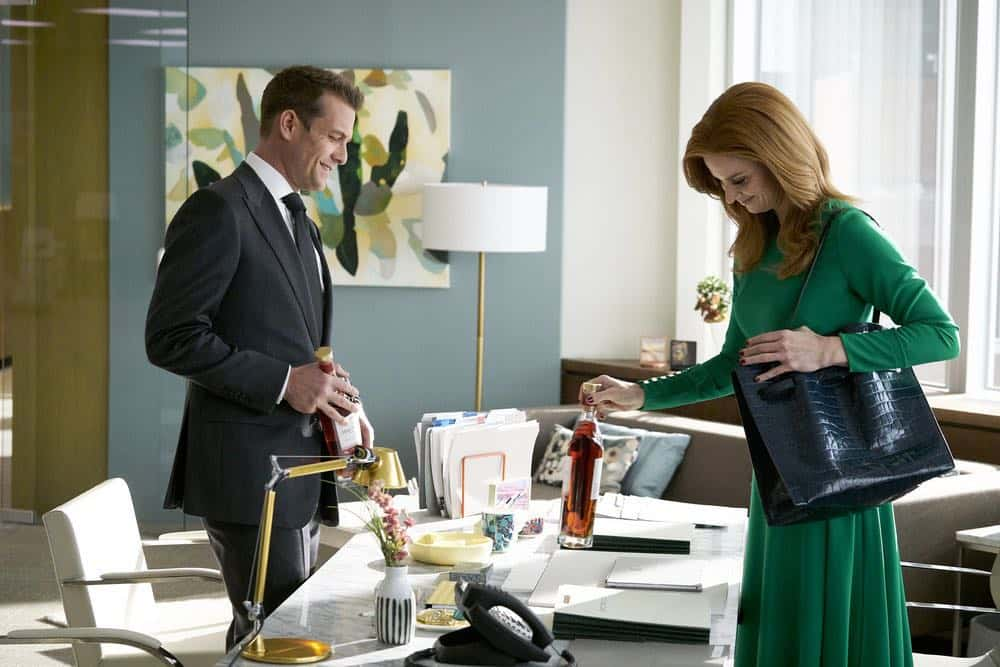 """SUITS -- """"Tiny Violin"""" Episode 715 -- Pictured: (l-r) Gabriel Macht as Harvey Specter, Sarah Rafferty as Donna Paulsen -- (Photo by: Ian Watson/USA Network)"""
