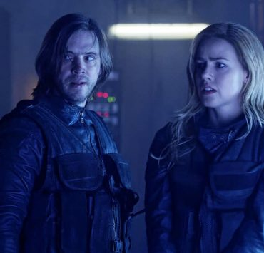 """12 MONKEYS -- """"The End"""" Episode 401 -- Pictured: (l-r) Aaron Stanford as James Cole, Amanda Schull as Cassandra Railly -- (Photo by: Ben Mark Holzberg/SYFY)"""