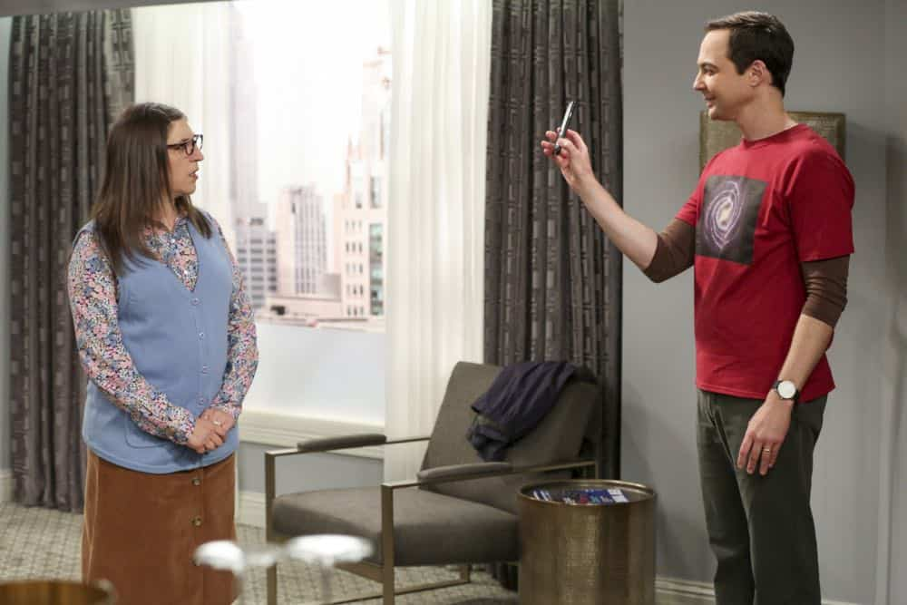 """The Conjugal Configuration"" - Pictured: Amy Farrah Fowler (Mayim Bialik) and Sheldon Cooper (Jim Parsons). Sheldon and Amy's honeymoon runs aground in New York, while Penny and Leonard discover they are uncomfortably similar to Amy's parents, Mr. and Mrs. Fowler (Teller and Kathy Bates). Also, Koothrappali insults physicist Neil deGrasse Tyson and starts a Twitter war, on the 12th season premiere of THE BIG BANG THEORY, on a special night, Monday, Sept. 24 (8:00-8:30 PM, ET/PT) on the CBS Television Network. Photo: Michael Yarish/Warner Bros. Entertainment Inc. © 2018 WBEI. All rights reserved."