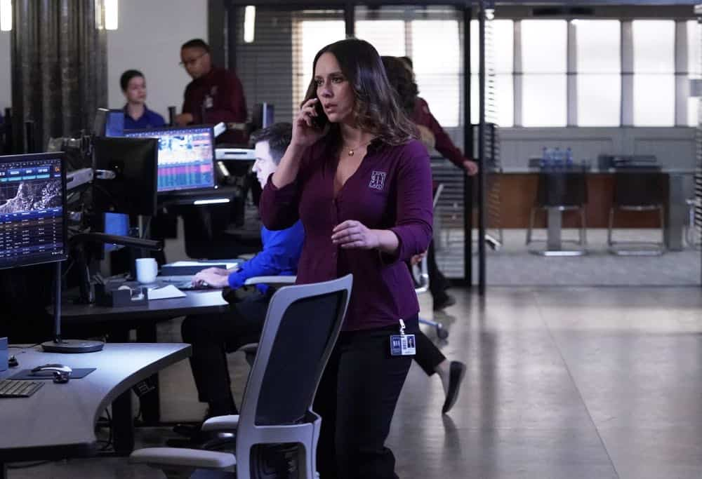 """9-1-1: Jennifer Love Hewitt in the """"Awful People"""" episode of 9-1-1 airing Monday, Oct. 15 (9:00-10:00 PM ET/PT) on FOX. © 2018 FOX Broadcasting. CR: Greg Gayne / FOX."""
