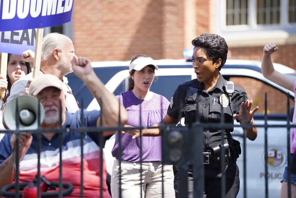 """9-1-1: Angela Bassett (C) in the """"Awful People"""" episode of 9-1-1 airing Monday, Oct. 15 (9:00-10:00 PM ET/PT) on FOX. © 2018 FOX Broadcasting. CR: Tyler Golden / FOX."""