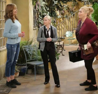 """""""Big Sauce and Coconut Water"""" -- Christy is certain that Bonnie is in over her head when she invites a freshly-paroled Tammy (Kristen Johnston) to stay with them, on MOM, Thursday, date (9:01-9:30 PM, ET/PT) on the CBS Television Network. Pictured L to R: Allison Janney as Bonnie, Anna Faris as Christy and Kristen Johnston as Tammy. Photo: Darren Michaels/Warner Bros. Entertainment Inc. © 2018 WBEI. All rights reserved."""